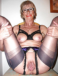 mature mom with no undies